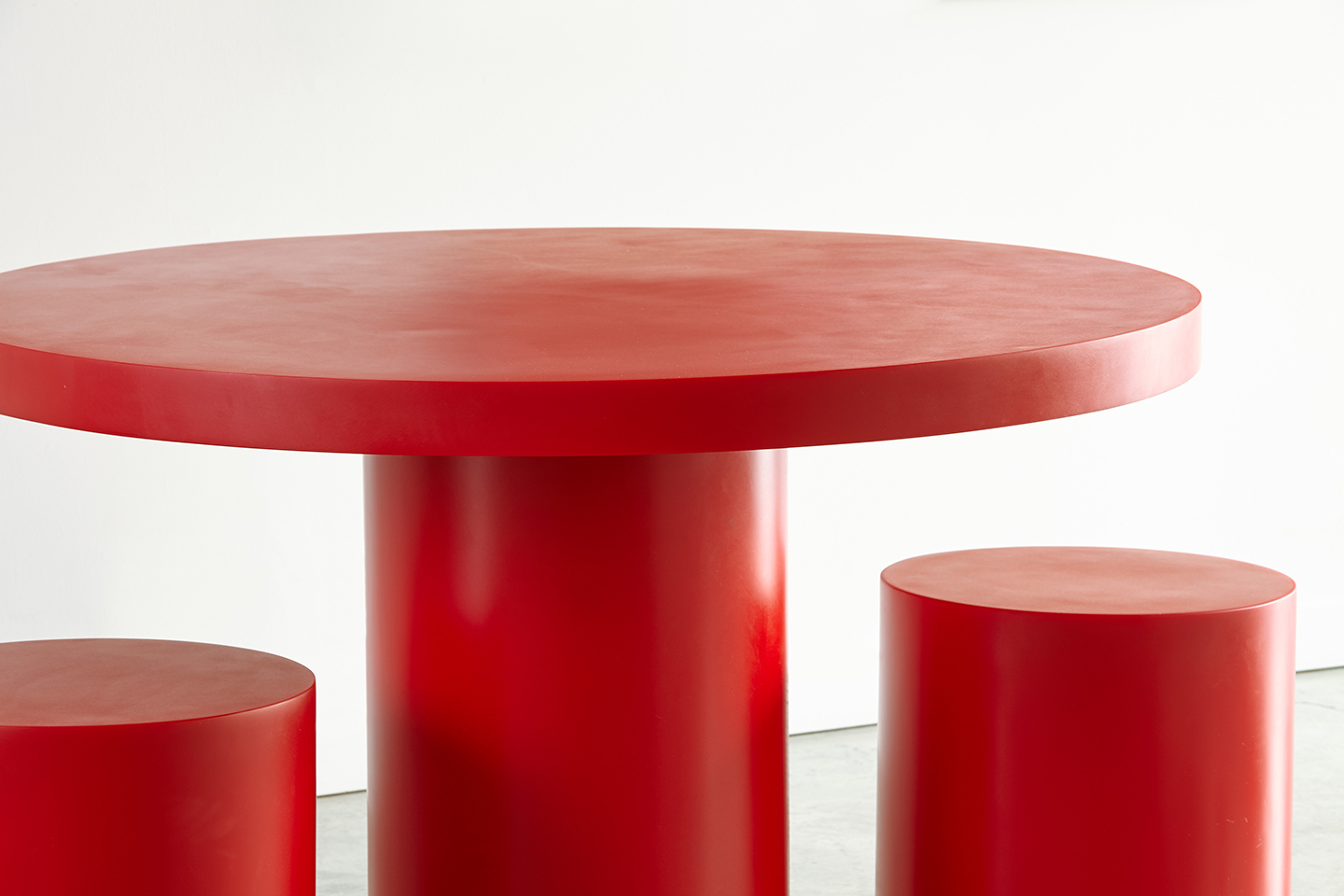 red round resin dining table